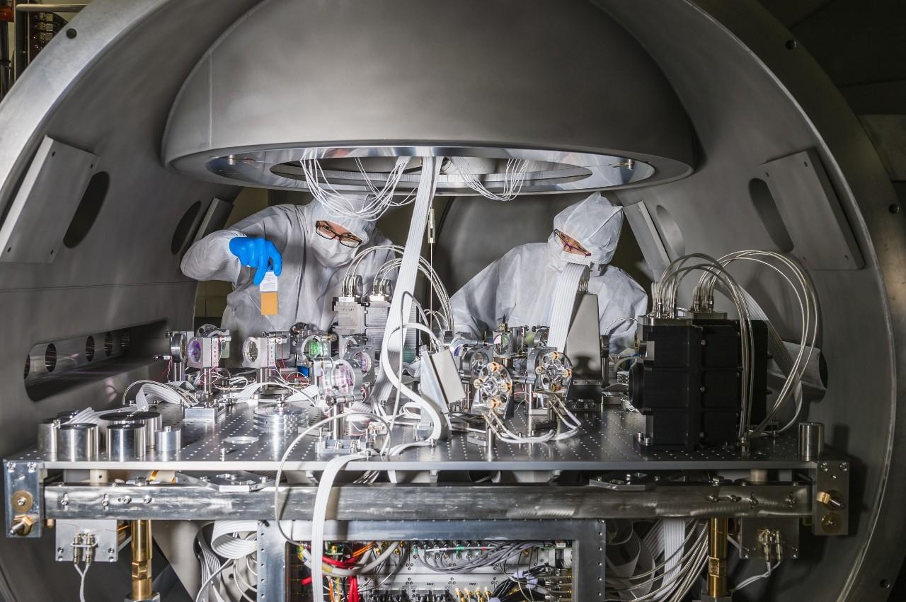 Non sono solo i laureati in Fisica a trovare collocazione in questo contesto, infatti sempre più spesso i progetti di ricerca sono interdisciplinari e richiedono competenze tecniche di alto livello, come quelle ingegneristiche e informatiche.